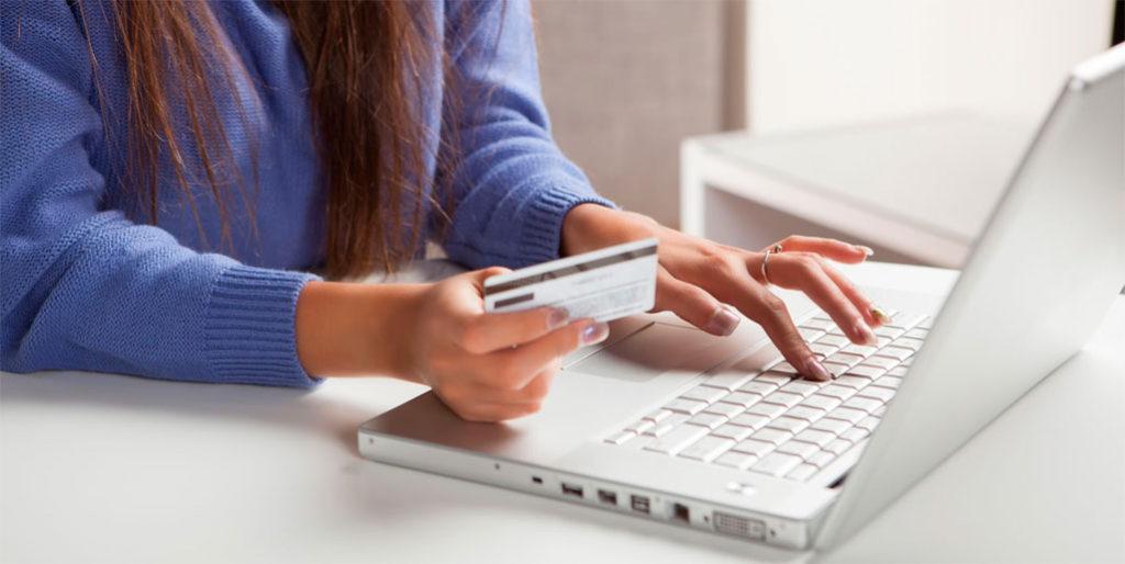 pessoa realizando compra na internet usando cartão