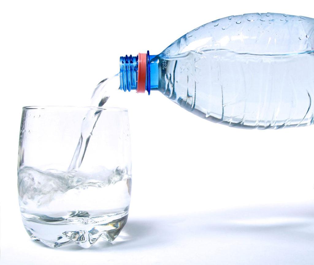garrafa de água enchendo um copo