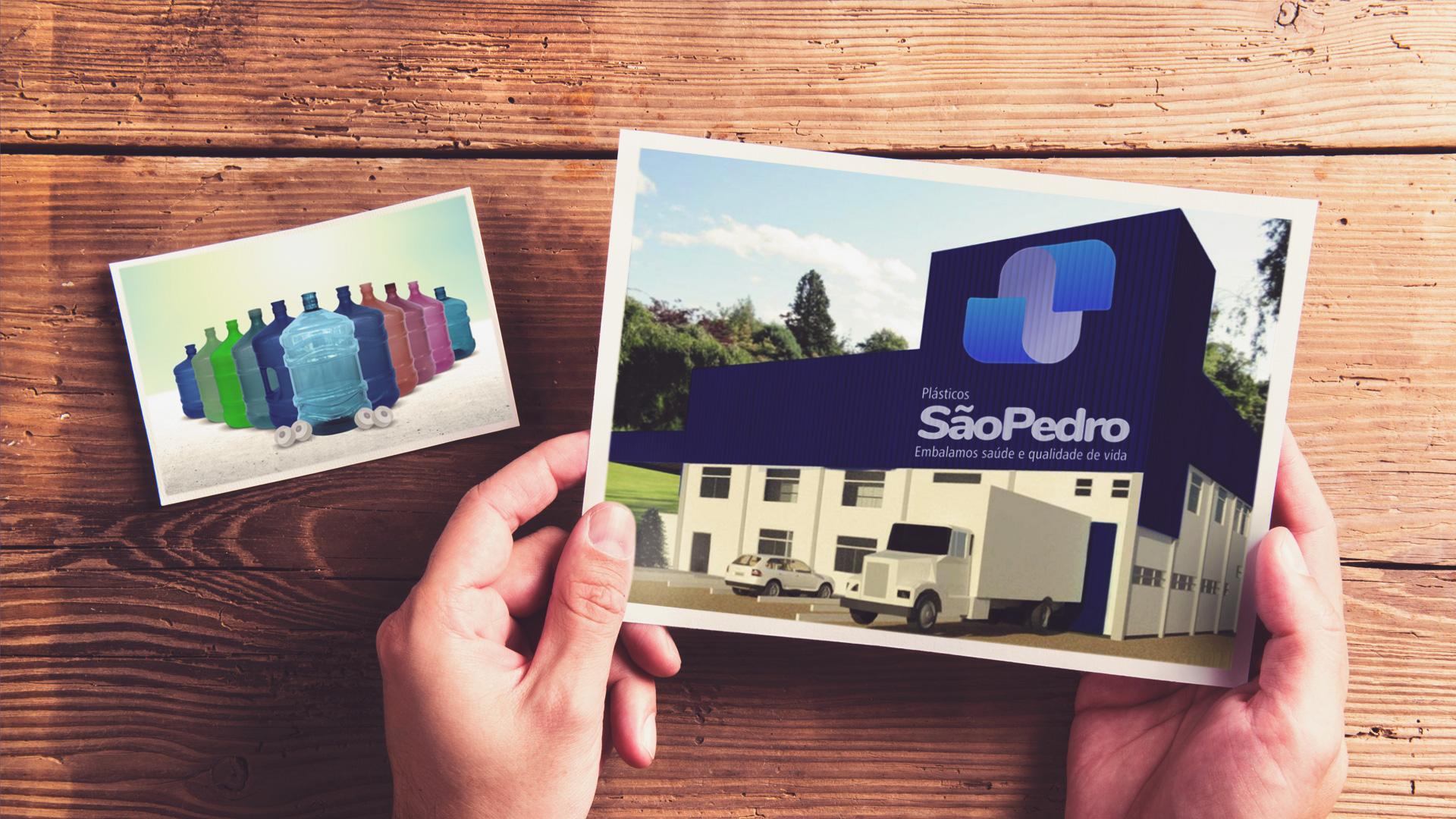 Mãos segurando foto da nova fabrica Plástico São Pedro